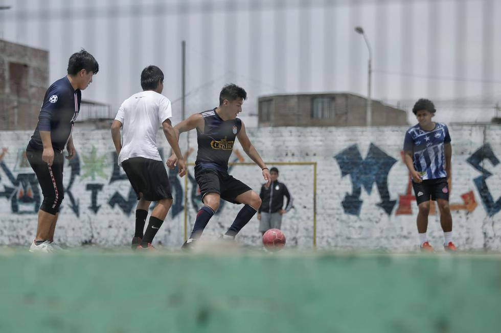 Jóvenes no acatan normas de Emergencia y juegan fulbito en San Martín de Porres. (Miguel Yovera / @photo.gec)