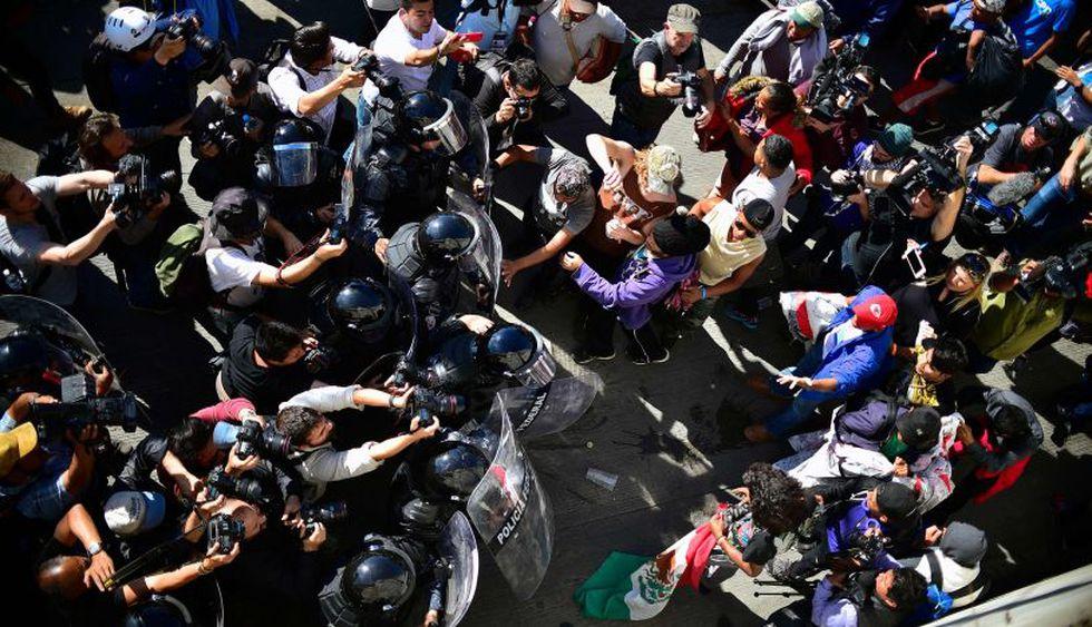 Migrantes intentaron cruzar muro con EE.UU. y recibieron gas lacrimógeno   Foto: AFP