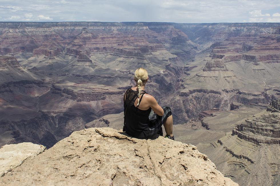 Una turista casi cae a un acantilado mientras intentaba fotografiar a su madre. El video es viral en YouTube (Pixabay)