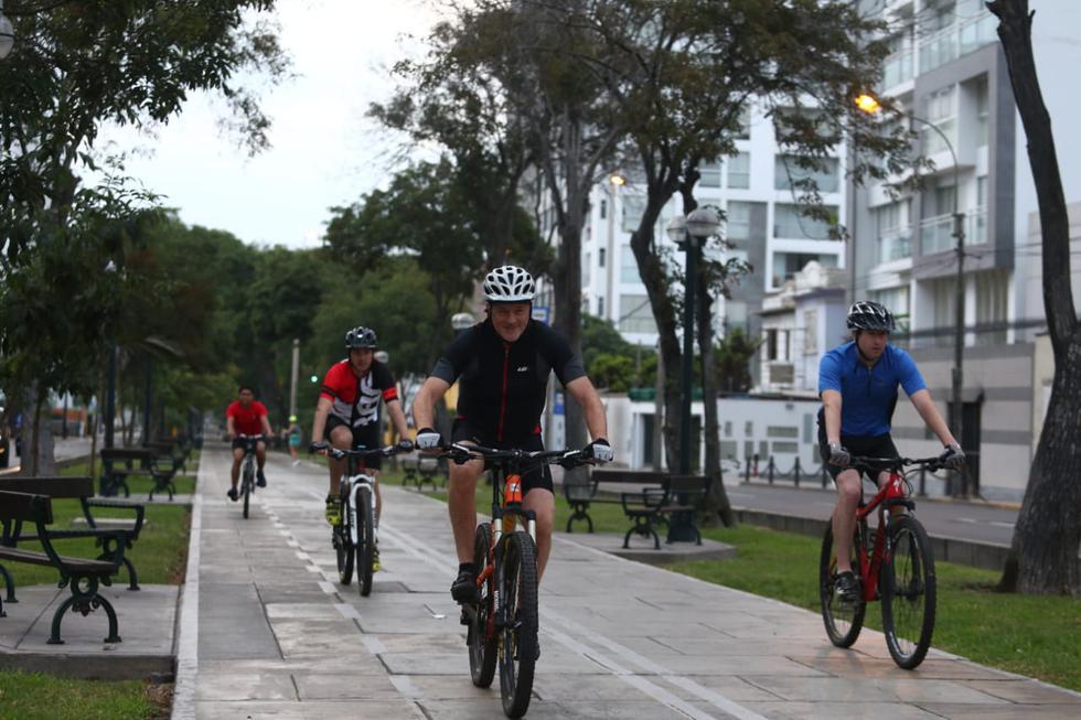 Acompañado de dos funcionarios, el alcalde hizo uso de las ciclovías en Miraflores y Jesus María. (Alessandro Currarino/GEC)