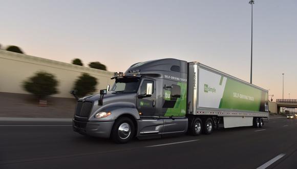 TuSimple, con sede en San Diego, California explicó que los camiones contarán con un conductor y un ingeniero abordo que supervisarán el comportamiento del vehículo. (Foto: EFE)