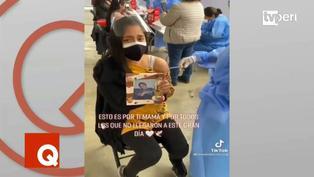 Joven llora al vacunarse junto a la foto de su madre fallecida