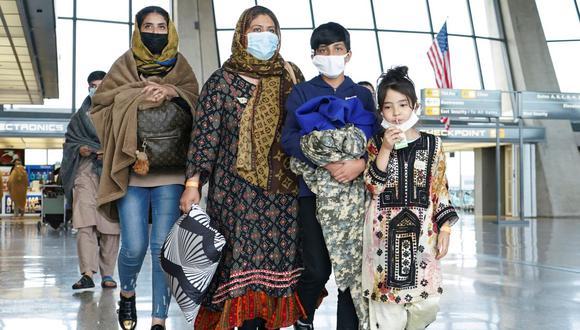 Los refugiados afganos caminan hacia un autobús que los lleva a un centro de procesamiento al llegar al Aeropuerto Internacional de Dulles en Dulles, Virginia, Estados Unidos, el 26 de agosto de 2021. (REUTERS / Kevin Lamarque).