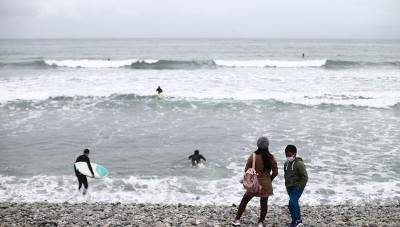 """""""El sábado, los vehículos estacionados en la costa verde no eran solo de los surfistas que tienen la suerte de practicar un deporte con distancia social natural; pertenecían en su mayoría a familias con niños que jugaban a lanzar piedras al mar""""."""