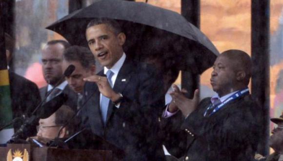Barack Obama y el intérprete acusado de impostor. (AFP)
