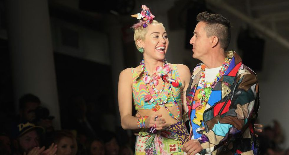 Miley Cyrus acompañó al diseñador a saludar al público en la pasarela. (AFP)