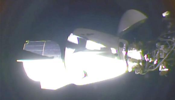 Cápsula de SpaceX se acopla a la Estación Espacial Internacional. El primer contacto y acoplamiento de la nave espacial al objetivo, ubicado a 400 km de la Tierra, ocurrió algunos minutos antes de lo previsto. (Captura de video de la NASA)