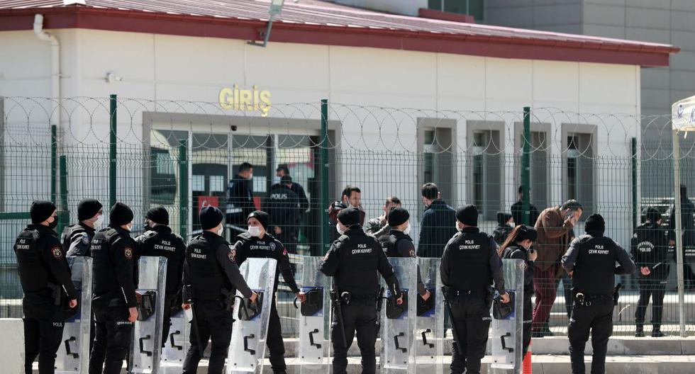 La policía antidisturbios ingresa al juzgado de Sincan, en las afueras de Ankara (Turquía), el 7 de abril de 2021, antes de la audiencia de veredicto en el juicio de 497 acusados por el fallido intento de golpe de estado de 2016. (Adem ALTAN / AFP).