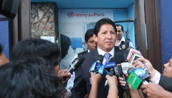 El fiscal José Quiroz permaneció más de 8 horas inspeccionando el local de la firma. (Martín Pauca)