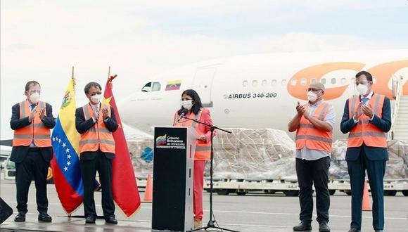 Delcy Rodríguez, acompañada por el embajador Li Baorong. (Foto: Twitter @Li_Baorong).