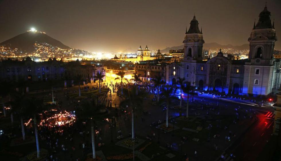 La Plaza de Armas de Lima quedó en total oscuridad durante La Hora del Planeta. (Andina)