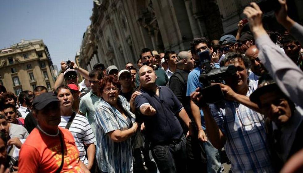 Tras el fallo de La Haya, grupo de neonazis llegó hasta la Plaza de Armas de Santiago para insultar a los peruanos. (Agencia Uno)