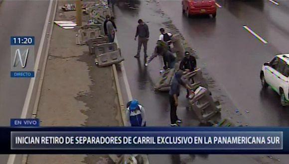 Trabajadores retiran separadores que formaban el carril exclusivo implementado para Lima 2019. (Captura: Canal N)