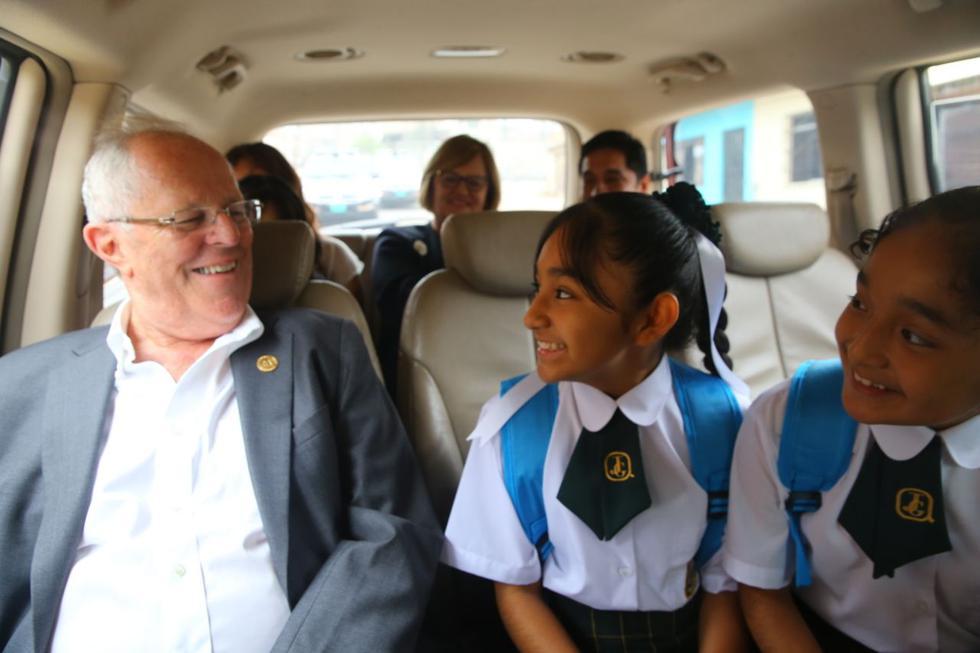 PPK y Nancy Lange visitaron a alumnas de un colegio de VMT. (Presidencia)
