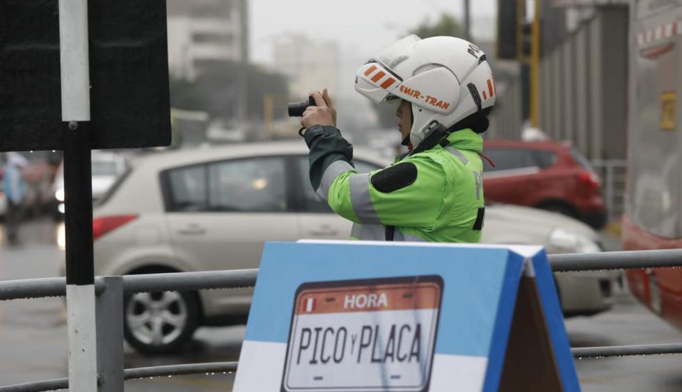 Ejecución del plan 'pico y placa' en la avenida Javier Prado. (Foto: Anthony Niño De Guzmán/GEC)