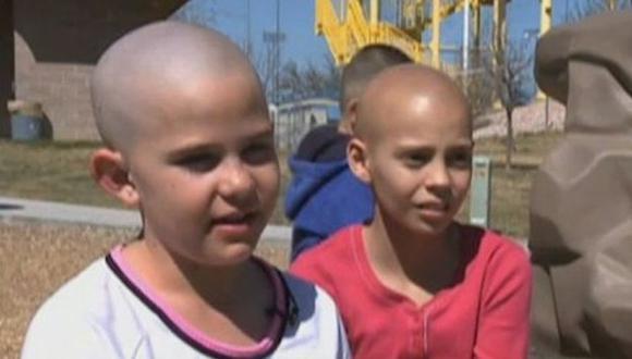 Kamryn y Delaney Clements, quien padece de cáncer.  (Captura de video)