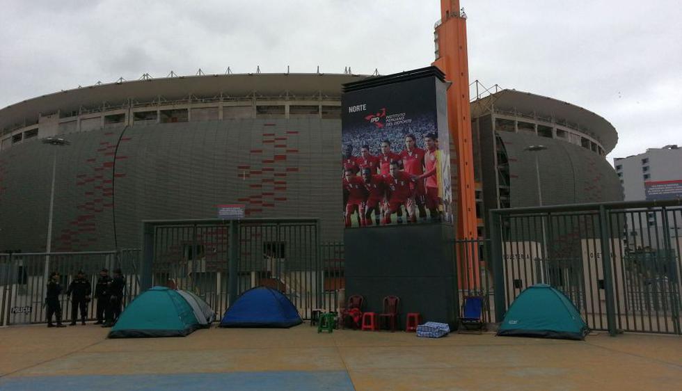 Decenas de personas ya acampan para poder adquirir sus entradas para el Perú-Paraguay. (Carlos Lara)