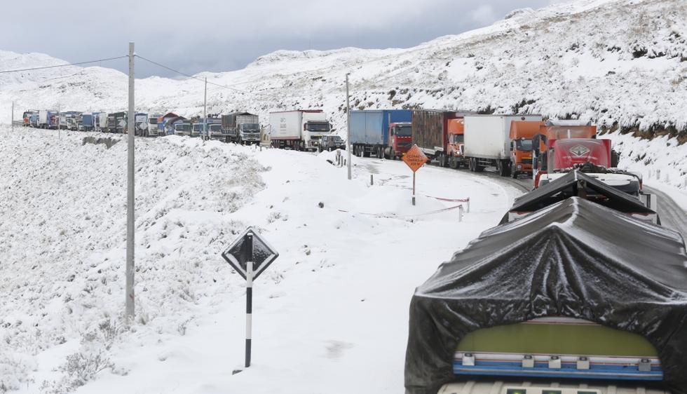 Decenas de buses y autos particulares no pueden pasar al centro del país. (César Fajardo)