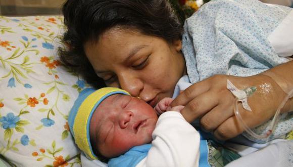 Primer bebé nacido en 2014 junto a su joven madre. (Andina)
