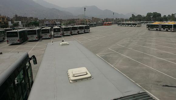 Buses continúan abandonados en almacén. (Perú21)
