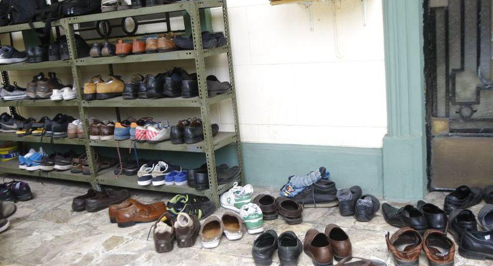 Los que ingresan a la mezquita deben quitarse los zapatos. (Luis Gonzales)