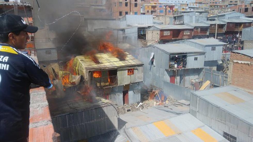 Vecinos intentaron controlar el fuego y rescatar a las personas al interior. (Difusión)
