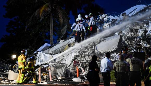 El personal de búsqueda y rescate trabaja en un edificio colapsado parcial en Surfside, Miami Beach, el 24 de junio de 2021. Un bloque de apartamentos de gran altura frente al mar cerca de Miami Beach colapsó parcialmente el jueves temprano, matando al menos a una persona y dejando 99 desaparecidos, con temores el número de víctimas puede aumentar mucho más a medida que los rescatistas peinan los escombros. / AFP / CHANDAN KHANNA