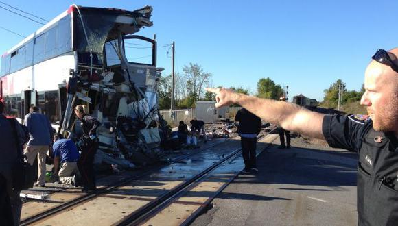 Testigos afirman que varios pasajeros salieron despedidos por las ventanas. (AP)