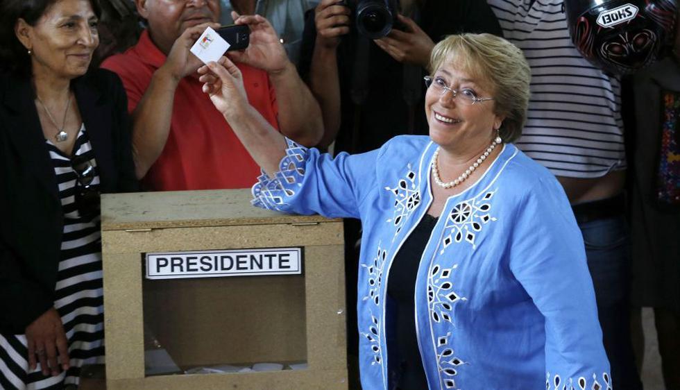 Michelle Bachelet dijo que espera con tranquilidad triunfar en la segunda ronda presidencial. Votó en el sector santiaguino de La Reina. (Reuters)