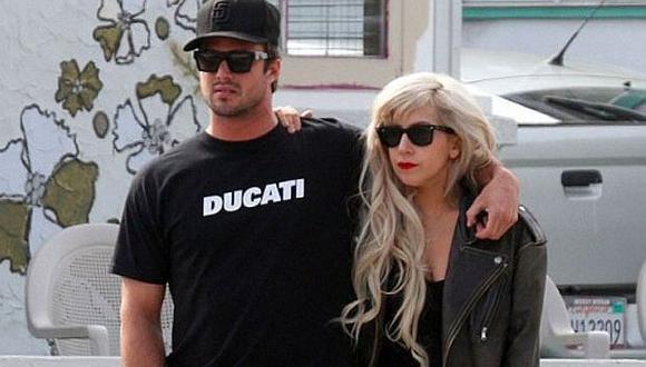 """La pareja se conoció durante el rodaje del video de Gaga, """"You and I"""". (eonline.com)"""