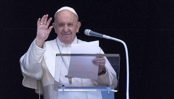 El Papa Francisco se dirige a la multitud desde la ventana del palacio apostólico con vistas a la plaza de San Pedro. (Foto: AFP/Tiziana FABI)