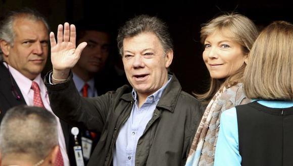 OPTIMISTA. Juan Manuel Santos saluda antes de ingresar a la clínica donde fue sometido a una cirugía. (Reuters)