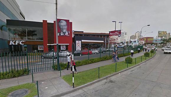 Madrigueras se ubican en las afueras del restaurante pero dentro del centro comercial. (Foto: Google Street View)