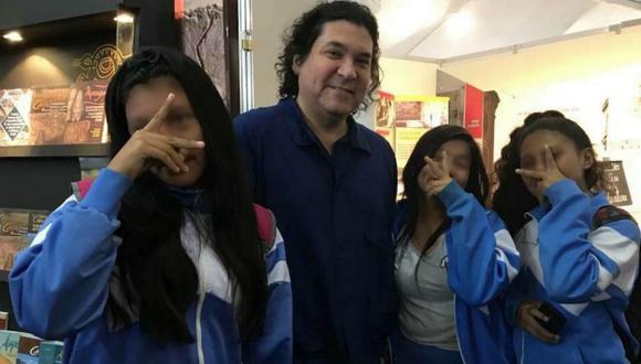 Gastón Acurio y jóvenes escolares en imagen que ha desatado polémica. (Feria Internacional del Libro / CPL)