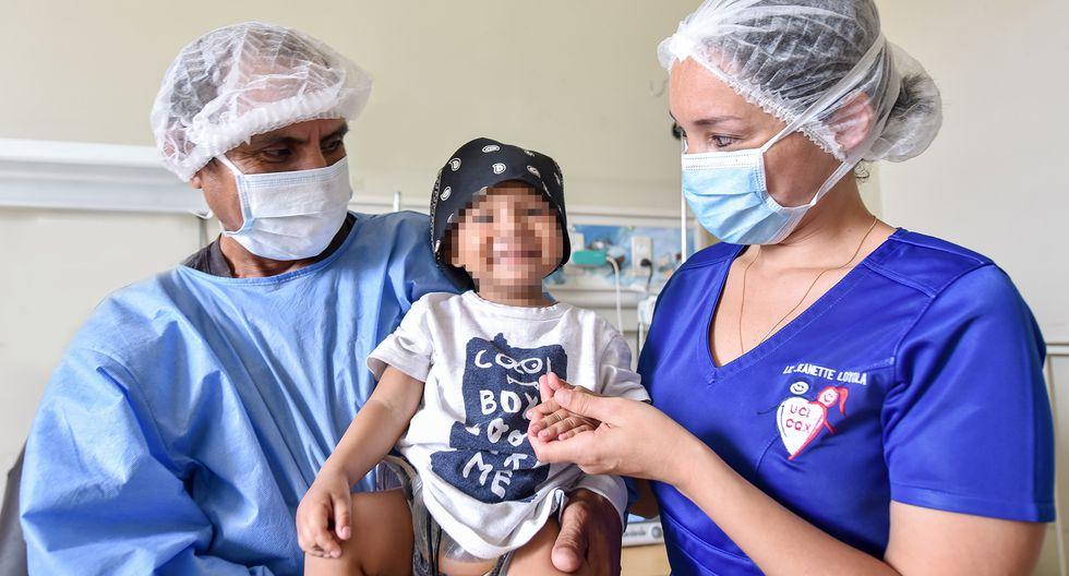El pequeño Luis luce sonriente tras su exitosa operación.
