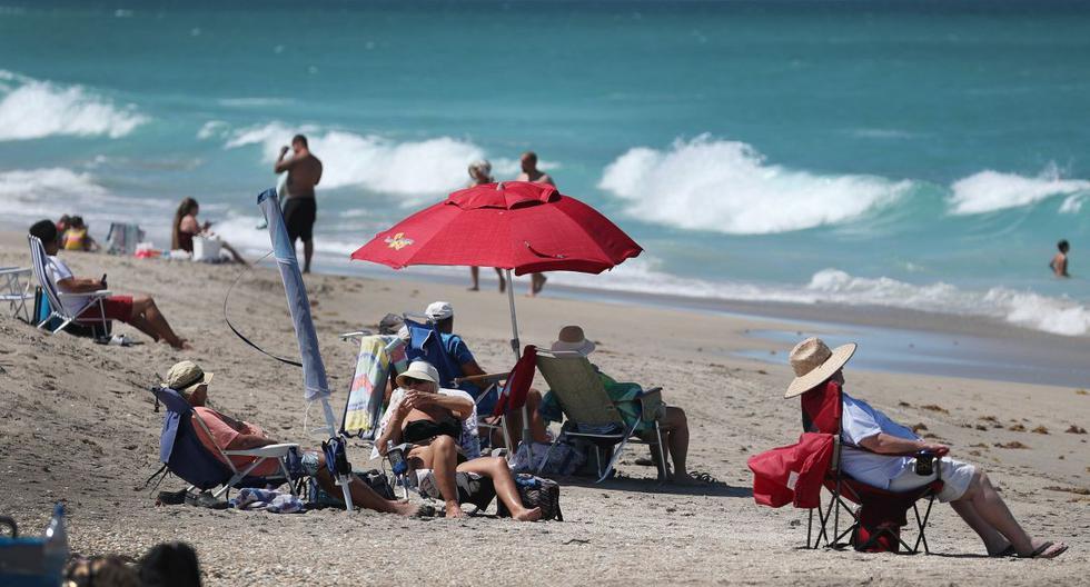 Imagen referencial. Los amantes de la playa disfrutan del clima el 04 de mayo de 2020 en Florida, Estados Unidos. (AFP/Joe Raedle).