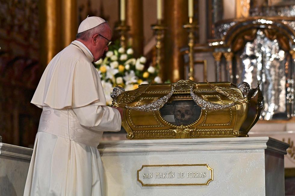El papa Francisco rindió homenaje a cinco santos peruanos en la Catedral de Lima. Durante la oración, el Sumo Pontífice agradeció el trabajo que los beatos han realizado en vida. (AFP)