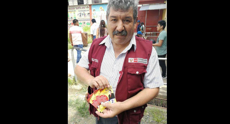 Humberto Cárdenas, subprefecto de La Convención, muestra la propaganda electoral incautada a un menor en centro de votación en Cusco. (GEC)