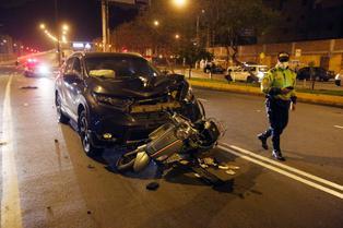 Mujer a bordo de una moto muere tras violento choque con camioneta en el Rímac