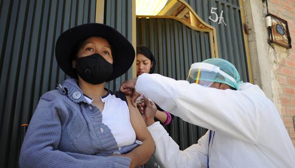 Una mujer es inoculada contra COVID-19 por personal del Ministerio de Salud de Bolivia. (Foto: Jorge Bernal / AFP)