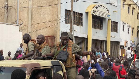 Uno de los militares amotinados en el cuartel de Kati, desde donde partió el movimiento esta mañana, dijo a los periodistas que las dos máximas autoridades de la república están en su poder, sin dar más precisiones. (Foto: MALIK KONATE / AFP)