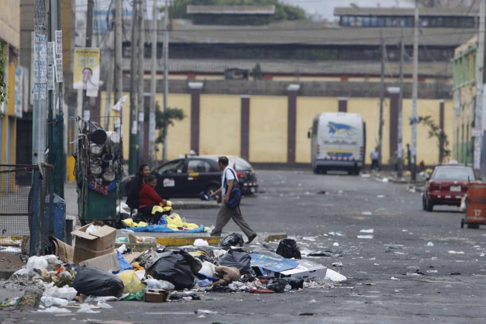 Las celebraciones por la llegada del nuevo año dejaron gran cantidad de basura en La Victoria. (Miguel Bellido Almeyda)