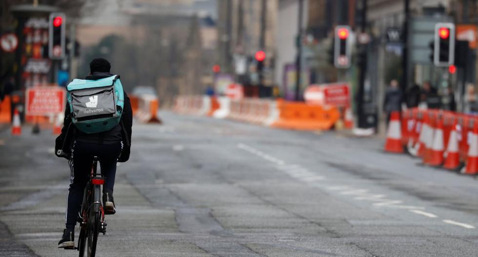 Imagen referencial. Los conductores de reparto de Deliveroo recorren una avenida en Reino Unido, el 8 de marzo de 2021. (REUTERS/Phil Noble).