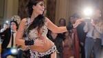 La bailarina marroquí Maya Dbaich danza en una boda en el Cairo. (Fuente: AFP)