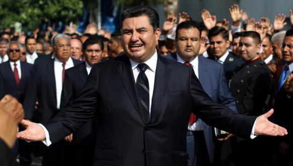 El líder de la iglesia La Luz del Mundo, Naason Joaquin Garcia, caminando entre sus feligreses en Guadalajara, México. (Foto: AFP)