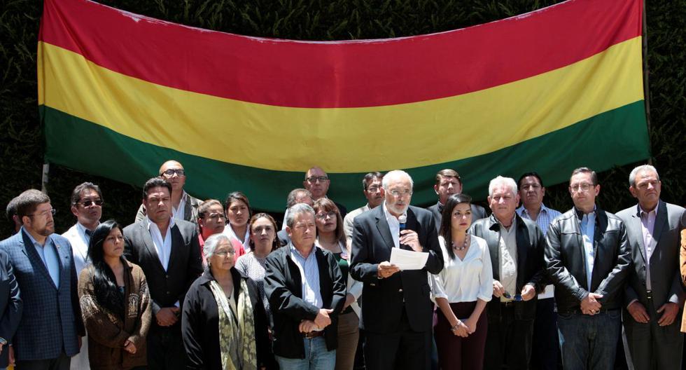 Carlos Mesa, expresidente y candidato, leyó un comunicado flanqueado por lideres de otros partidos opositores. (Foto: AP)