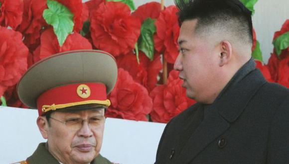 Kim Jong-un en un acto junto a su tío Jang Song-Thaek. (Reuters)