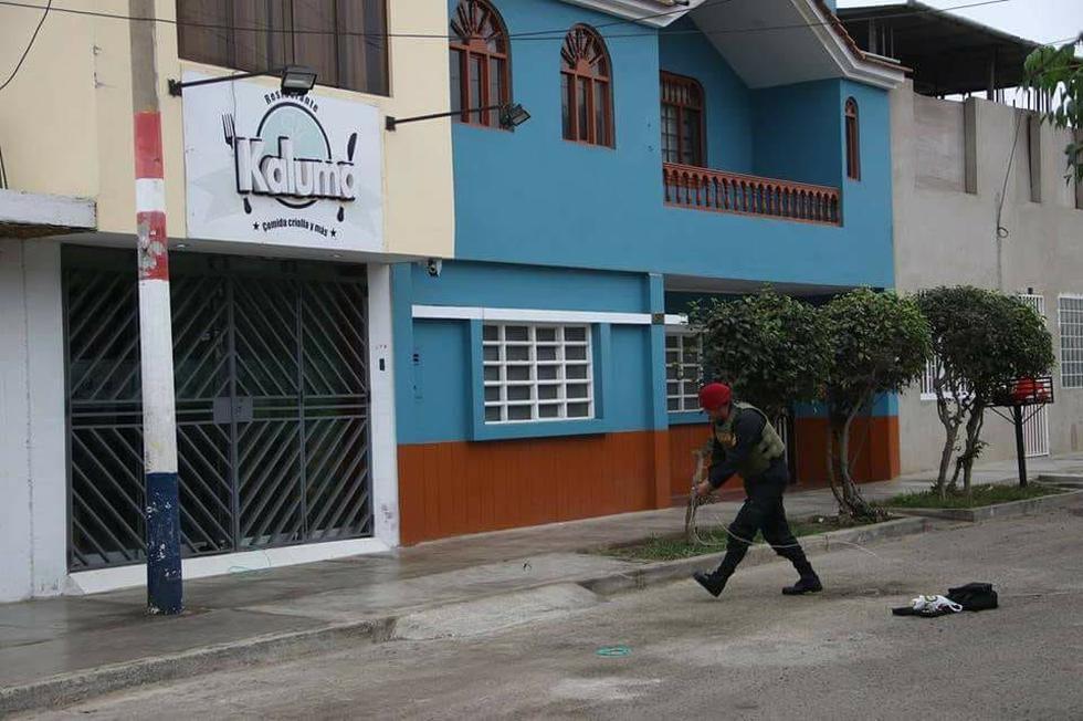 Agente de la UDEX desactivaron los explosivos que extorsionadores dejaron en la puerta del restaurante 'Kaluma'.
