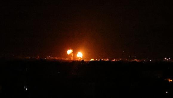 Explosiones iluminan el cielo nocturno en Khan Yunis en el sur de la Franja de Gaza, mientras las fuerzas israelíes bombardean el enclave palestino, a principios del 16 de junio de 2021 (Foto de SAID KHATIB / AFP).
