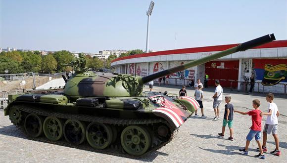 """El ministro del Interior, Nebojsa Stefanovic, declaró que el carro de combate, una """"maqueta"""", estaba controlado y que no representaba ningún peligro. (Foto: EFE)"""